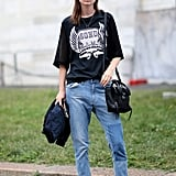 Loose-fitting jeans and sneakers: the perfect normcore outfit.