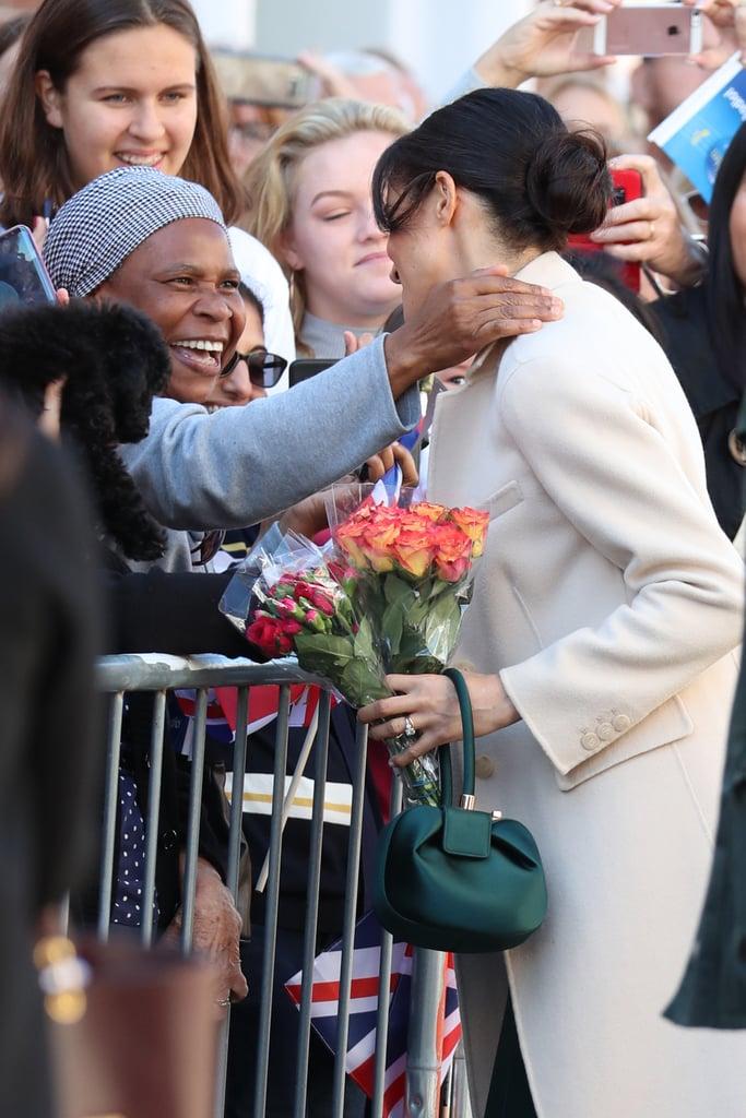 عندما احتضنت ميغان إحدى السيّدات الواقفات بين الجمهور بكلّ تواضع