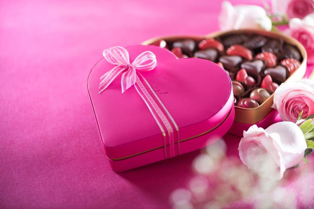 """صندوق شوكولا Amore  على هيئة قلب – يمكنكِ شراؤه من علامة """"بتيل"""" (بسعر يبدأ من 80 وحتى 170 درهماً إماراتيّاً)"""