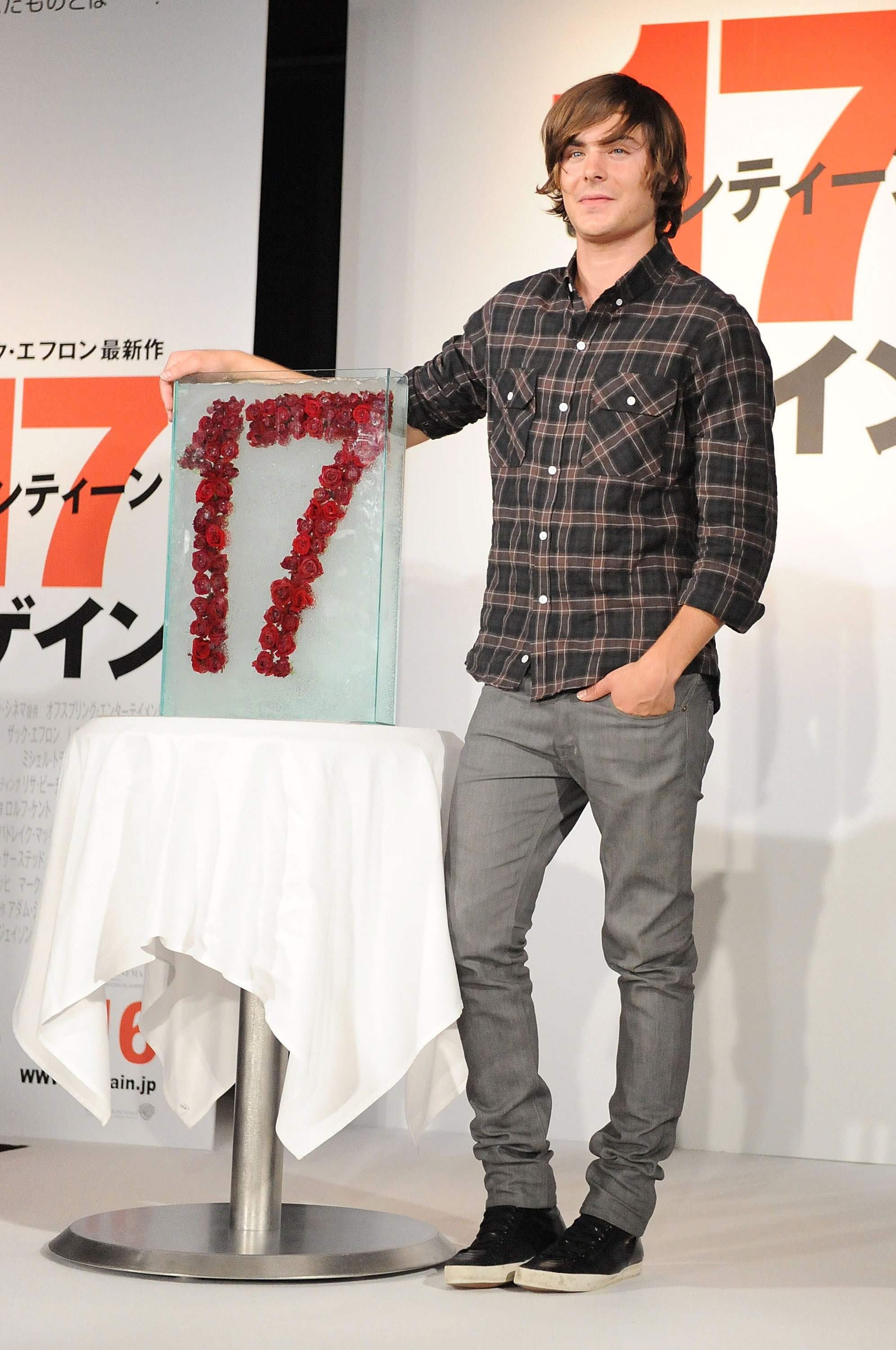 photos of zac efron at a press conference for 17 again in