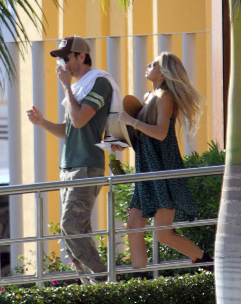 Anna Kournikova took off her hat as she walked with Enrique Iglesias.