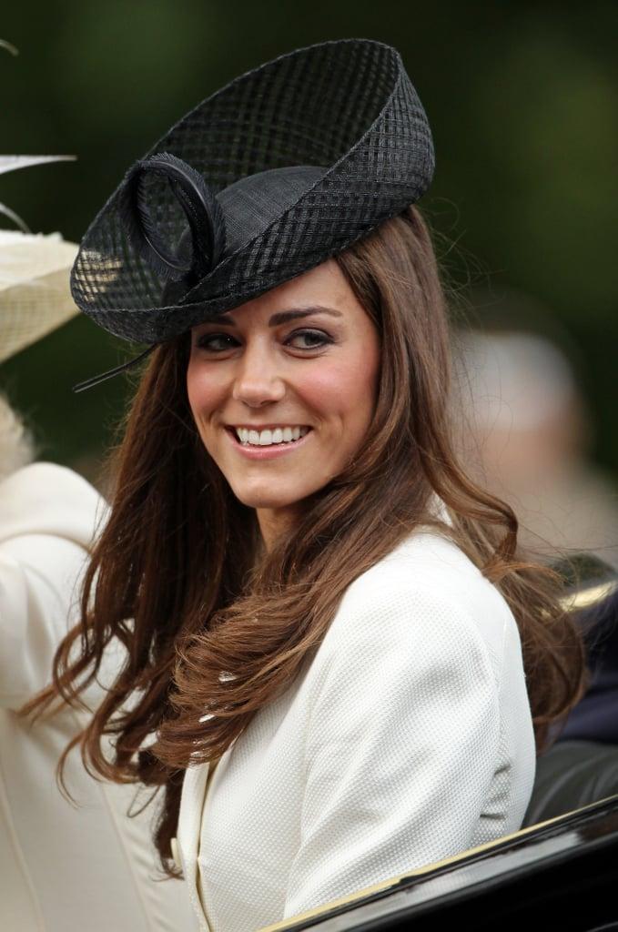 اختارت كيت قبعة ذات تصميم جريء بتفاصيل منسوجة لحضور مراسم Trooping the Colour  عام 2011.