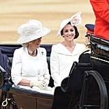 ولقد أُعجبنا بشكل خاص بقبعتها الزهريّة ذات الحافة العريضة المزينة بالورد.