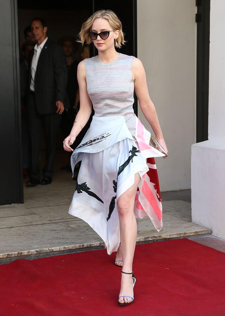 لا بدّ وأنّ هذا يعدّ أحد أكثر الأشكال روعةً على جينيفر. حيث أن هذا الفستان من مجموعة كريستيان ديور ريزورت 2015 يبدو هفهافاً ويبرز في الأماكن المناسبة، وصيفي وجريئ مثل شخصية النجمة جينيفر ذاتها.