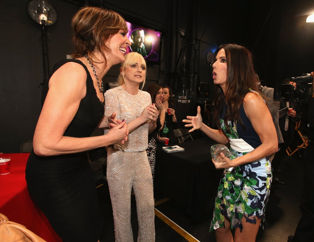 Sandra Bullock got animated with Allison Janney and Anna Faris while hanging out backstage at the People's Choice Awards.