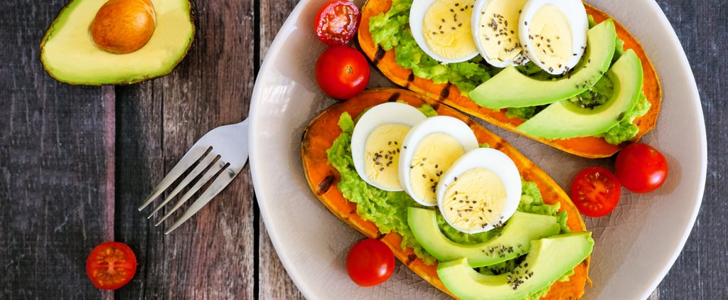 طبق توست البيض مع الأفوكادو الغني بالحديد