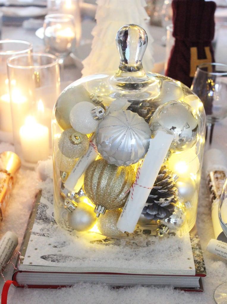 املؤوا إحدى الجرار الزجاجيّة بالزينة وأضواء عيد الميلاد البيضاء.
