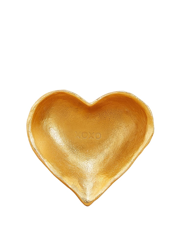 طبق Xoxo  الكبير للزينة على هيئة قلب من علامة Bombay Duck  – يمكنكِ شراؤه من متجر Namshi.com (بسعر 135 درهماً إماراتيّاً)