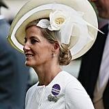 """قبعة كريميّة اللّون، عريضة الحواف من تصميم جين تايلور تألّقت بها الكونتيسة صوفي خلال حدث سباقات """"أسكوت"""" عام 2014."""
