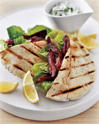 Fast & Easy Dinner: Skirt Steak With Pita and Yogurt Sauce