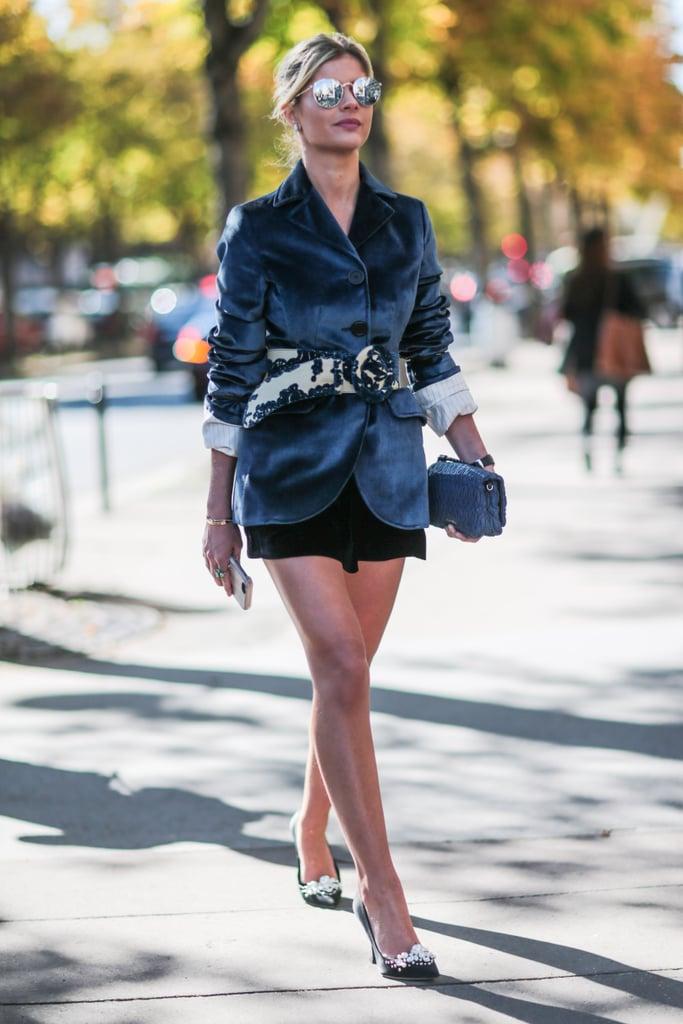 وإن أردتِ أن تتماشي مع أزياء أسبوع الموضة، قومي إذاً بارتداء سترة كحلية مخملية أيضاً.