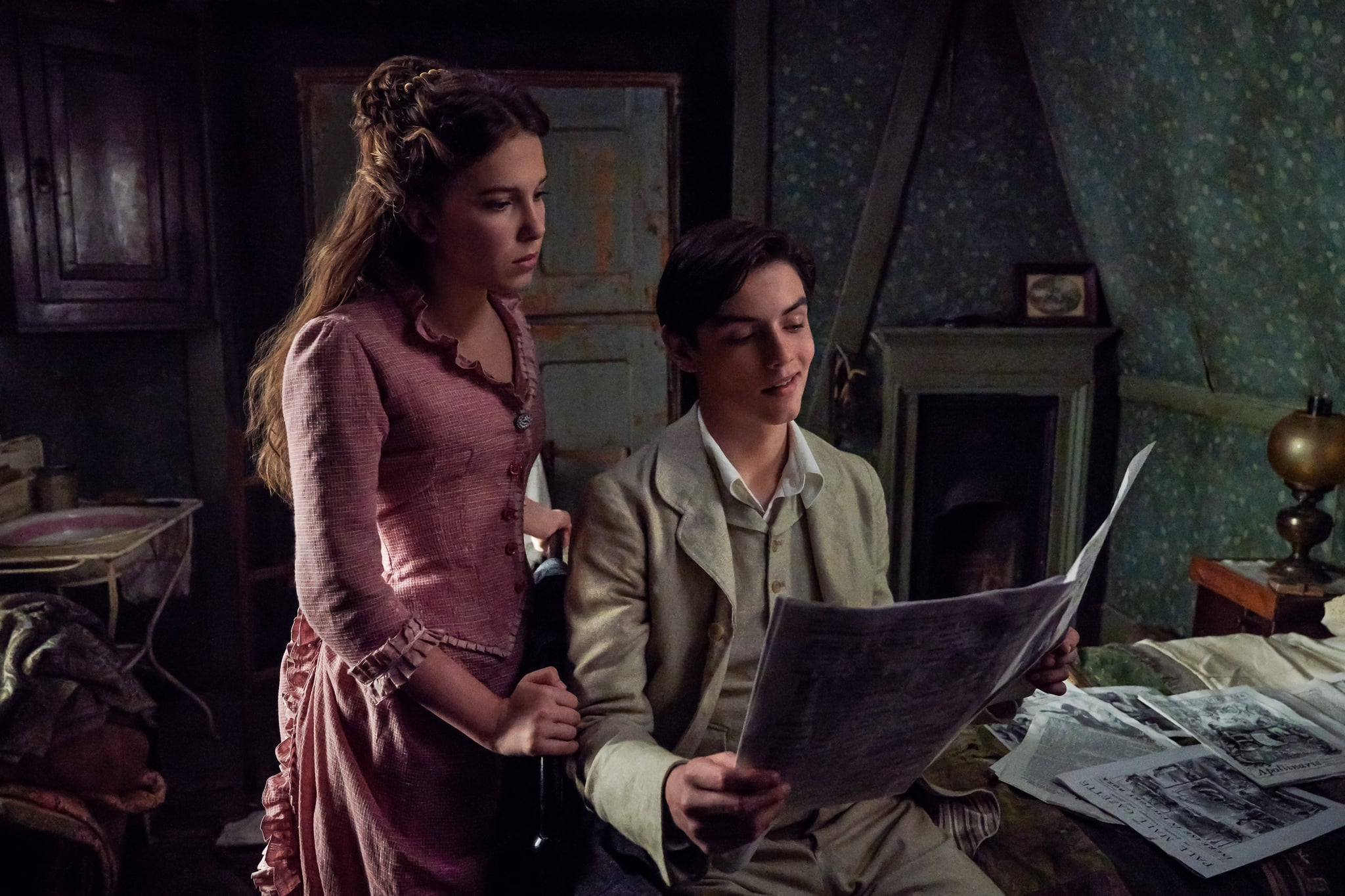ENOLA HOLMES (L to R) MILLIE BOBBY BROWN as ENOLA HOLMES, LOUIS PARTRIDGE as TEWKSBURY. Cr. ALEX BAILEY/LEGENDARY ©2020