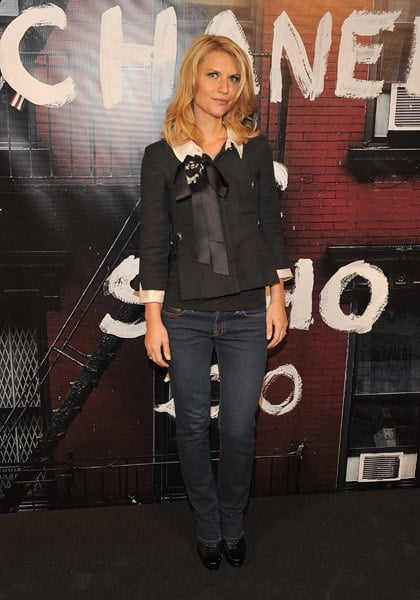 Claire Danes dressed up skinny jeans with a chic jacket.