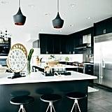 قوموا بتجديد خزائن المطبخ عبر اختيار طلاء بلون دراماتيكيّ