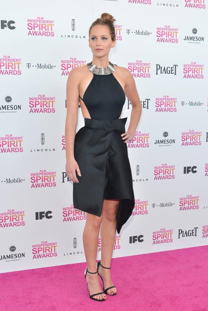 وفي حفل تسليم جوائز إندبندنت سبيريت أواردز، لم تتردّد جينيفر لورانس في زيادة جاذبيتها من خلال كشف أجزاء من جسمها بثوب أسود وياقة بيضاء منمقة للغاية.