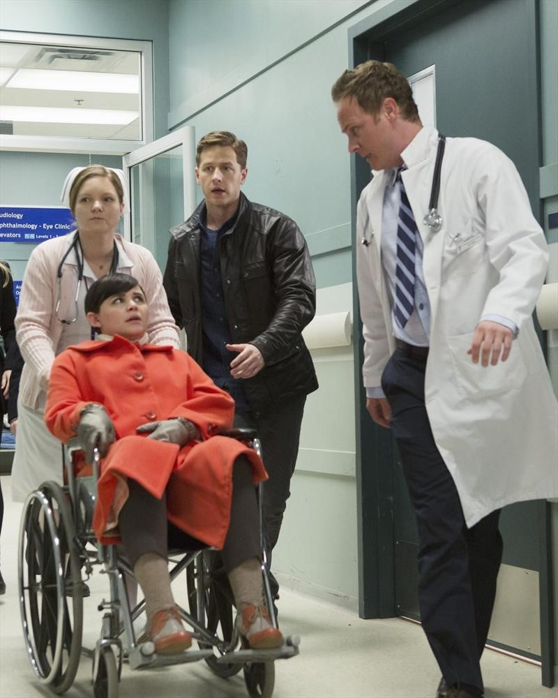 Snow (Ginnifer Goodwin) and Charming (Josh Dallas) make their way to the hospital.