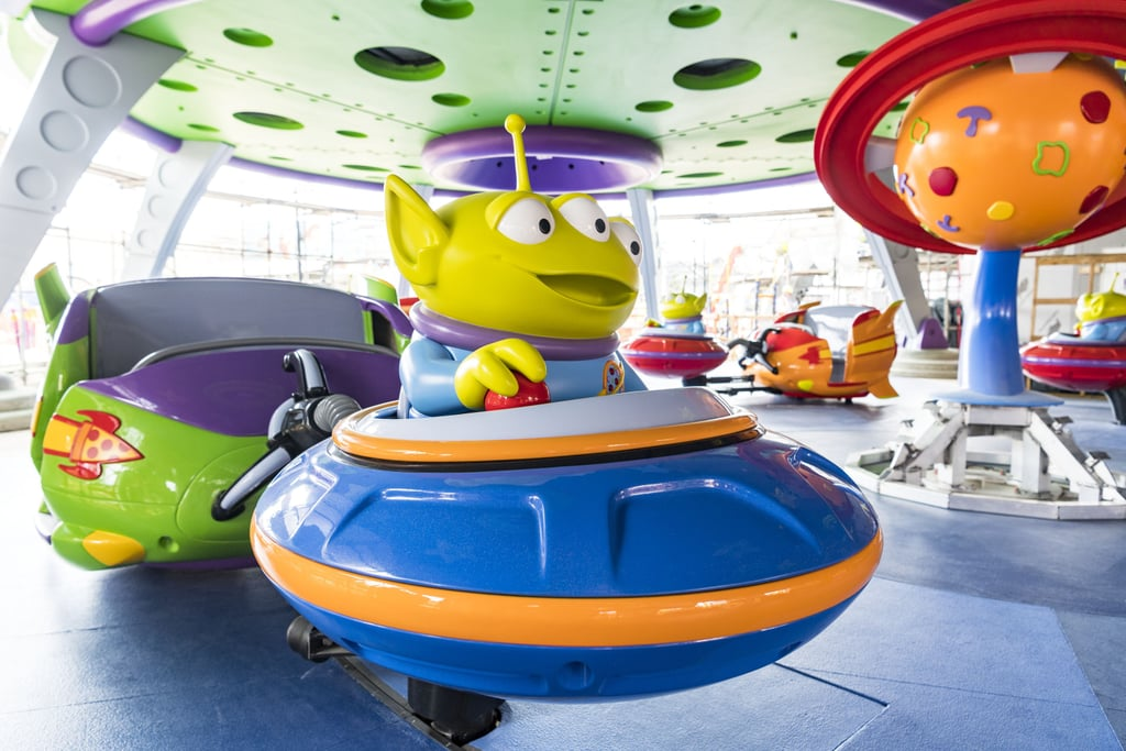 An actual look at the Alien Swirling Saucers ride!
