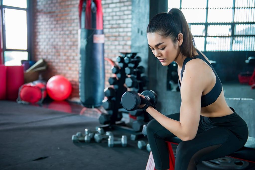تمارين منزلية لأعلى الجسم تعتمد على وزن الجسم وأثقال الدمبل