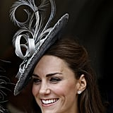 استكملت كيت إطلالتها في مراسم فرسان الرباط عام 2011 بقطعة متأنّقة جدّاً من إبداع صانعة القبّعات راتشيل تريفور-مورغان.