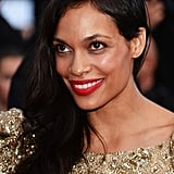 Rosario Dawson showed off her shorn style with sideswept waves at the Cleopatra premiere, accenting the look with a pop of red lipstick.