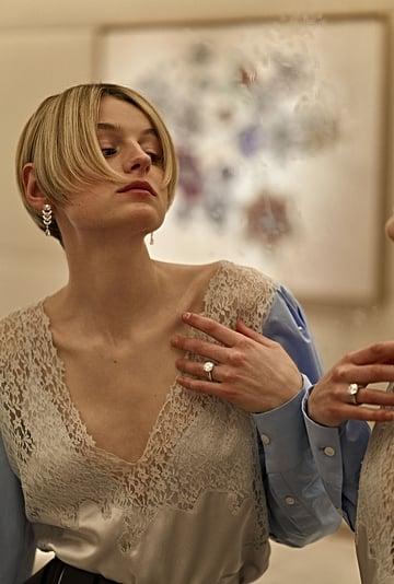 Emma Corrin's Award Show Hair Inspired by '90s Heartthrobs