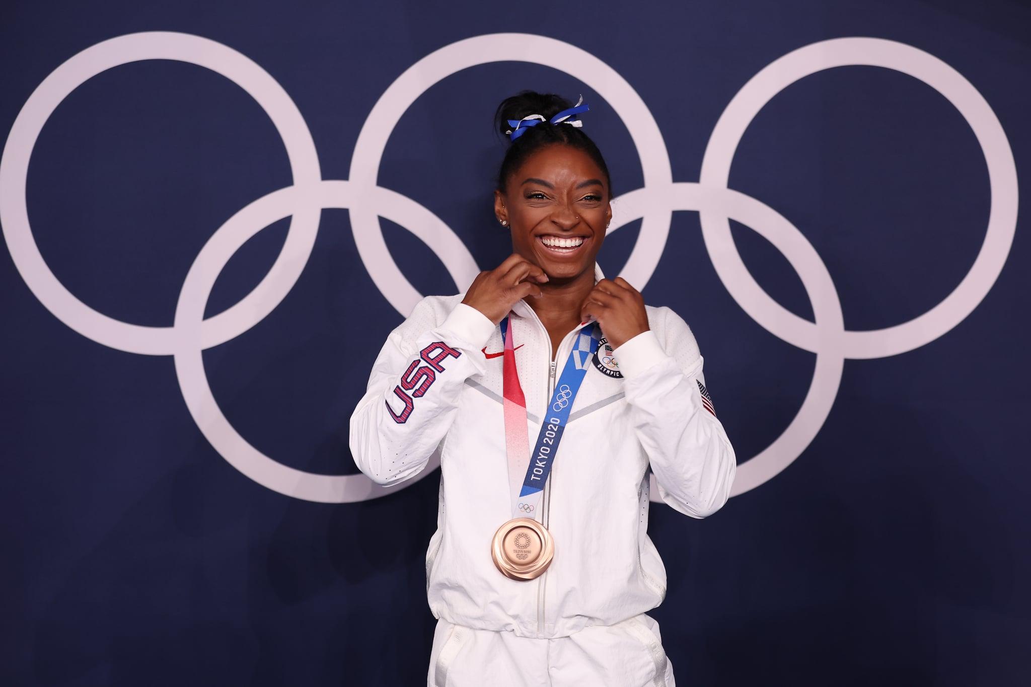 توکیو ، ژاپن - 03 آگوست: سیمون بیلز از تیم ایالات متحده با مدال برنز پس از فینال تیر توازن زنان در یازدهمین دوره بازی های المپیک توکیو 2020 در مرکز ژیمناستیک آریاکه در 03 اوت 2021 در توکیو ژاپن ، مدال برنز گرفت.  (عکس توسط Jamie Squire/Getty Images)