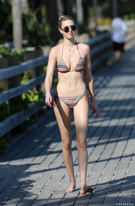 Con il suo snella corpo e Biondo naturale tipo di capelli senza reggiseno (dimensione coppa 34C) sulla spiaggia in bikini