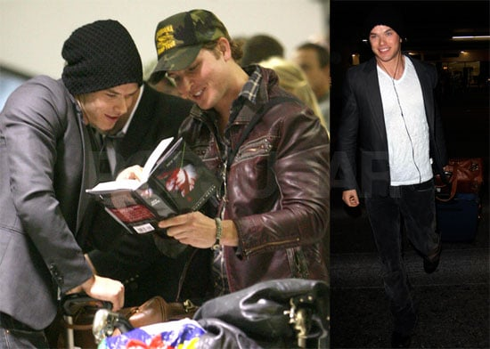 Photos of Peter Facinelli and Kellan Lutz Reading New Moon at LAX