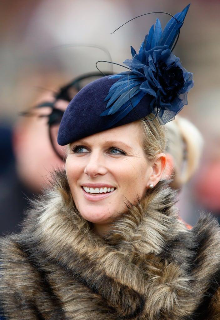قبعة نيليّة من تصميم جين تايلور تألّقت بها الحفيدة الكبرى للملكة إليزابيث الثانية زارا تيندال في مهرجان شلتنهام عام 2015.
