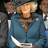 كاميلا بقبّعة فيروزيّة أثناء إحياء مراسم خدمة الكنيسة عام 2007.