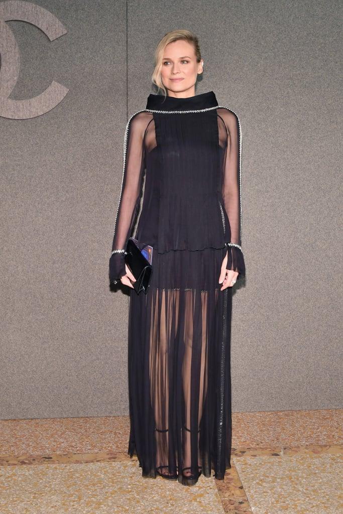 ظهرت ديان كروغر بإطلالة آسرة في فستان أسود طويل مع تنّورة شفّافة