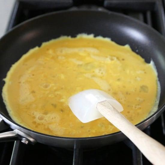 طريقة تحضير البيض المقلي مع صوص وسترشير