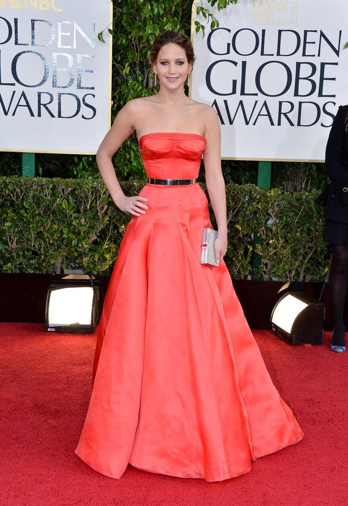 هذا الفستان الرائع من كريستيان ديور كوتور يمثل إحدى الإطلالات الرهيبة التي نحن على يقين بأن تاريخ جوائز غولدن غلوب سيسجّلها على أنها واحدة من فساتين السجادة الحمراء الأكثر روعة وبهاءً.