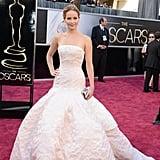 من يستطيع أن ينسى هذا الفستان الساحر في حفل الأوسكار؟ لقد أذهلتنا جينيفر لورنس جميعاً بذلك الزي الرائع من كريستيان ديور.