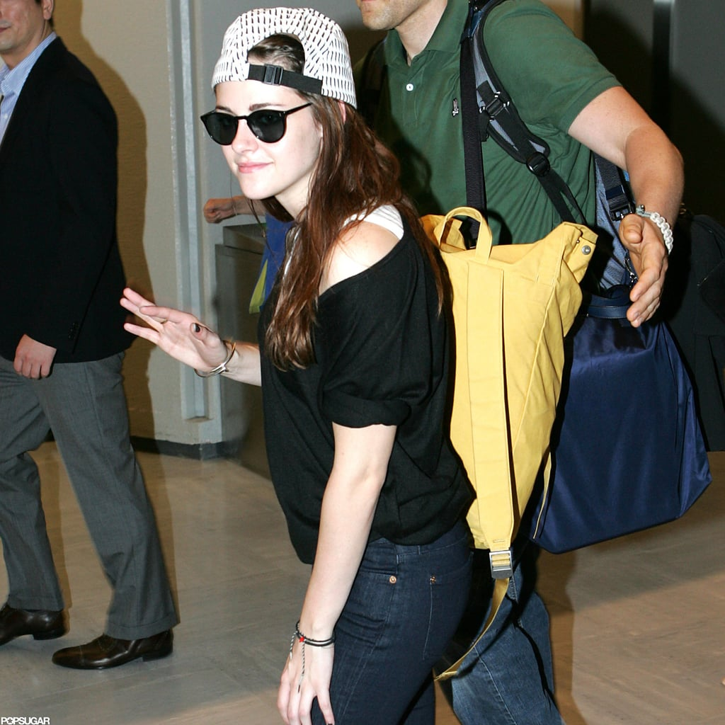 Kritin Stewart wore sunglasses and a cap in Japan.