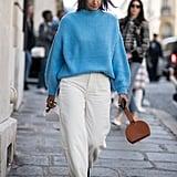 ادمجي سترة زرقاء زاهية مع حقيبة بنيّة أو حذاء بنيّ ثم افصلي بينهما ببنطال دينم أبيض
