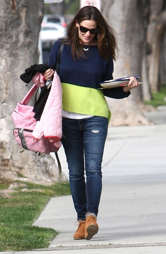 Jennifer Garner carried a tray of sweets with her in LA.