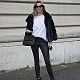 Tausche deine Jeans gegen ein Paar Leder-Jeans aus und kombiniere sie mit einem weißen T-Shirt. Eine Fell-Jacke sorgt für den Luxus-Faktor.