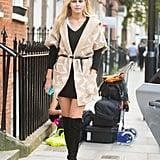 تضمّنت أزياء الشارع التي أطلّت بها جيجي خلال أسبوع الموضة في لندن هذا الفستان من The Fifth Label، وجزمة من Stuart Weitzman، وسترة عتيقة الطراز ذات حزام.