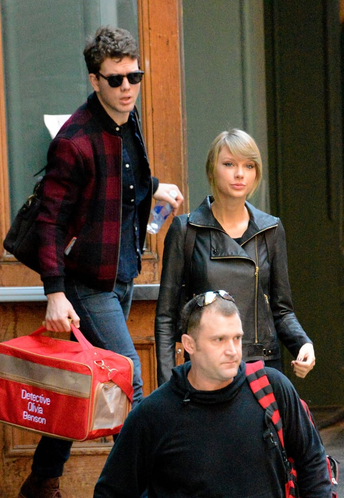 130a3278732f When he carried Taylor's cat bag for her. | Taylor Swift's Brother ...