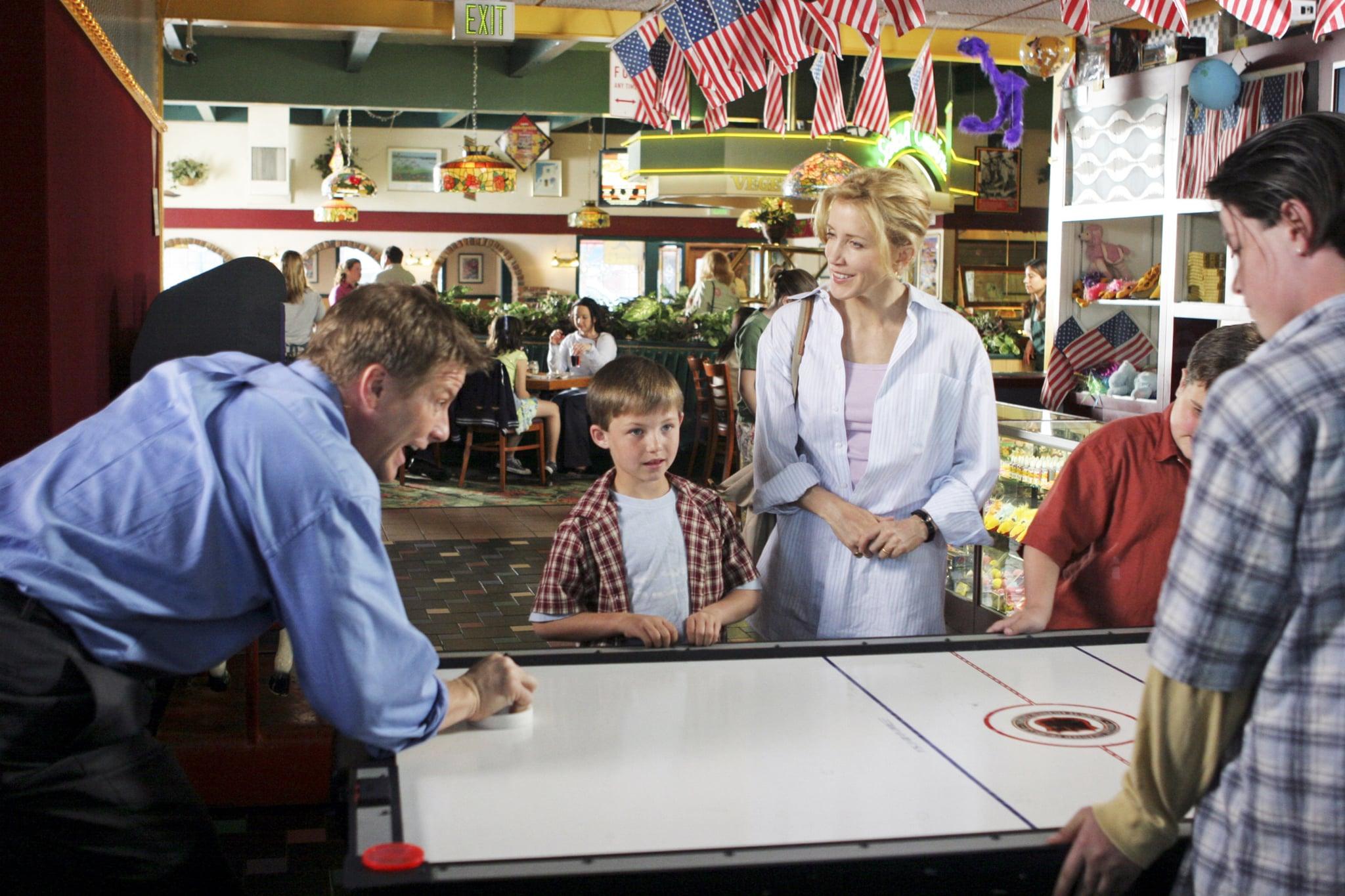DESPERATE HOUSEWIVES, Doug Savant (left), Felicity Huffman (centre), 'One Wonderful Day', (Season 1, ep. 123), 2004-, photo: Danny Feld /  ABC / Courtesy: Everett Collection