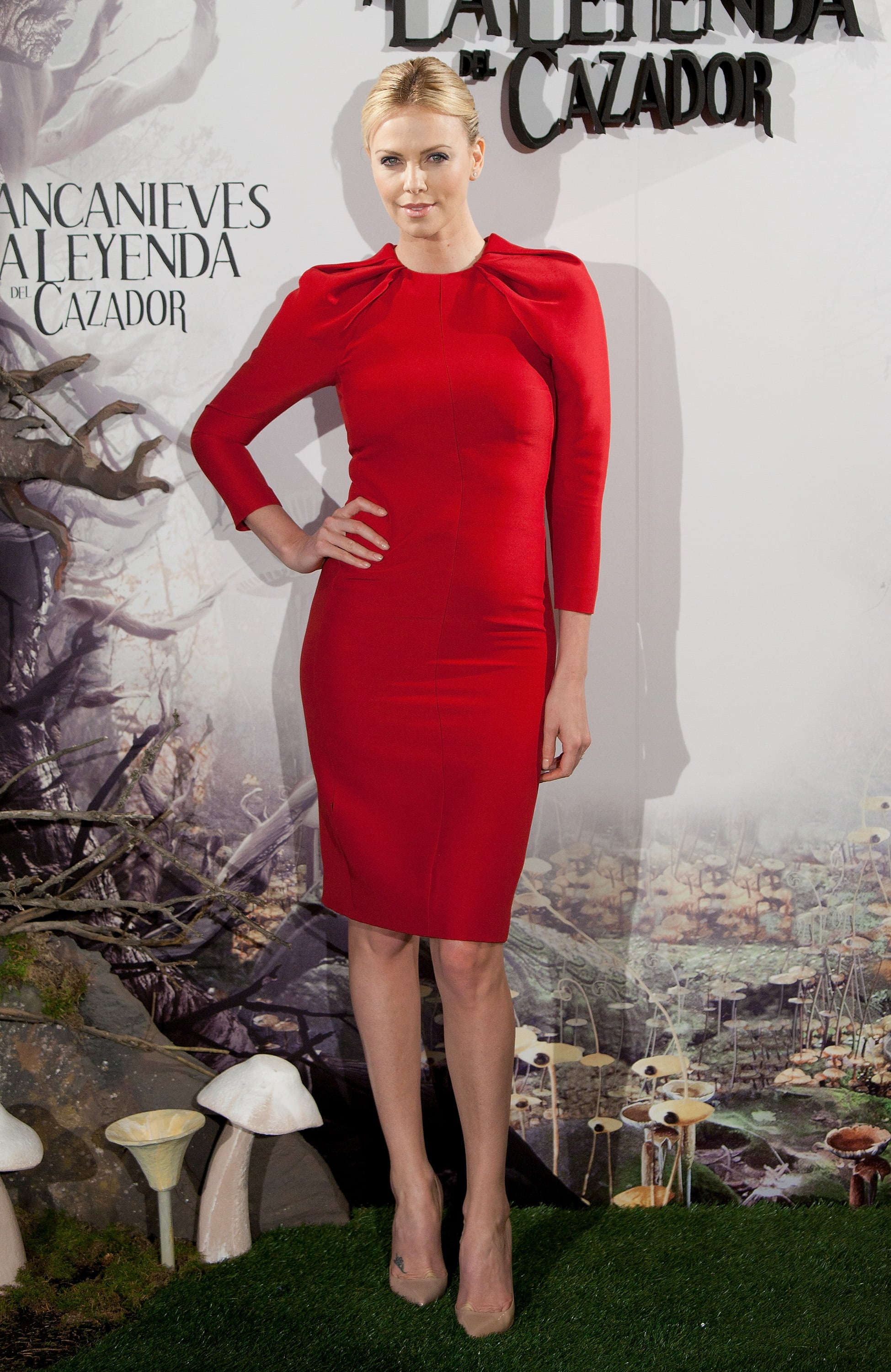 Opting for a bolder shade of red, Charlize donned a long-sleeved Giambattista Valli sheath for the Snow White and the Huntsman Madrid photo call.