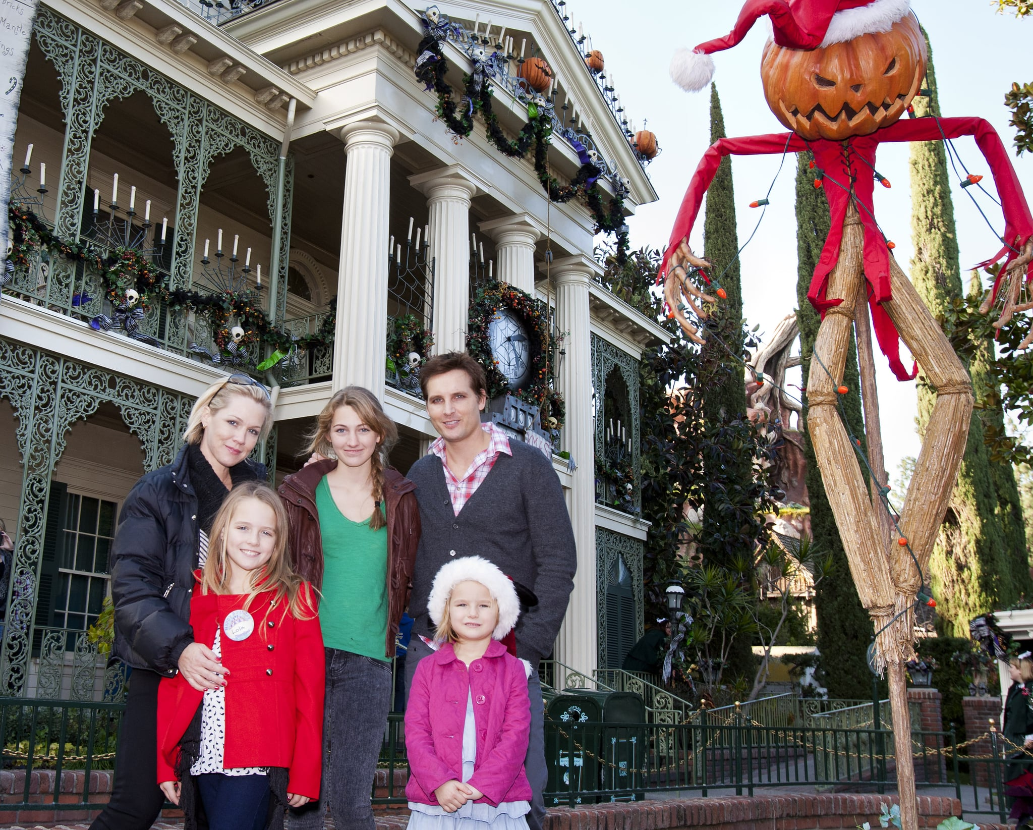 Jennie Garth and Peter Facinelli enjoyed a Halloween trip to the park with their three girls.
