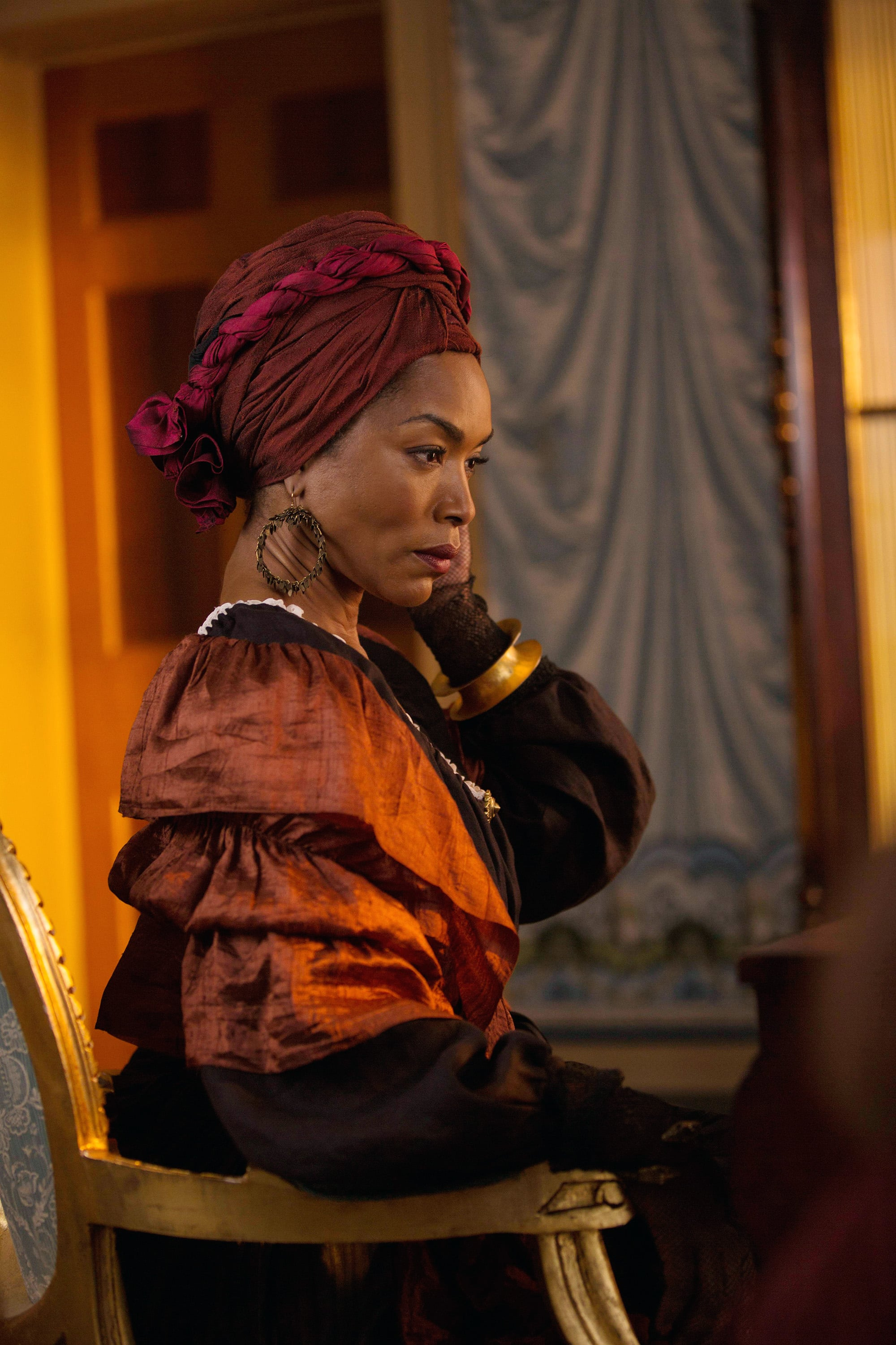 AMERICAN HORROR STORY: COVEN, Angela Bassett  as Marie Laveau in 'Bitchcraft' (Season 3, Episode 1, aired October 9, 2013), 2011-, ph: Michele K. Short/FX Networks/courtesy Everett Collection