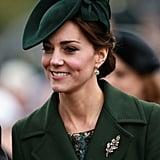 ارتدت كيت قبعة خضراء صمّمتها سيلفيا فليتشر من متجر Lock and Co. Hatters ليلة عيد الميلاد عام 2015.