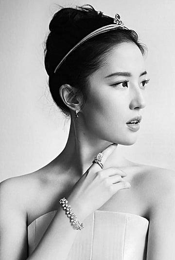 ليو يي فاي تحضر العرض الأول لفيلم مولان بفستان إيلي صعب 2020
