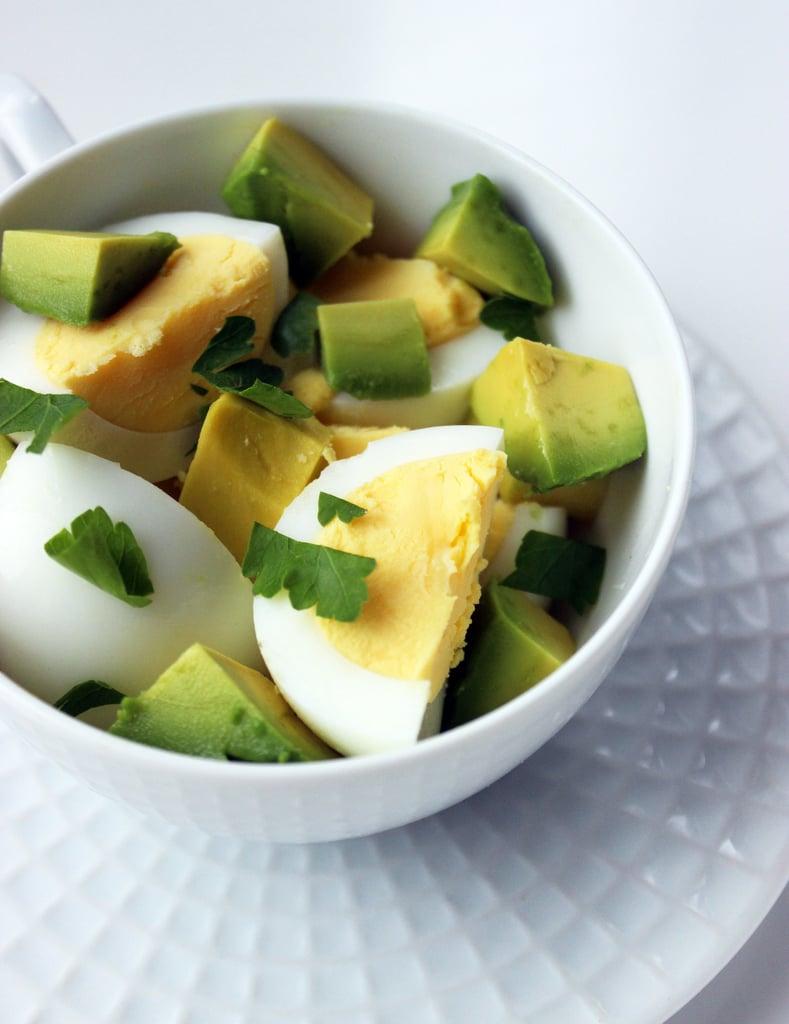 إفطار البيض المسلوق والأفوكادو