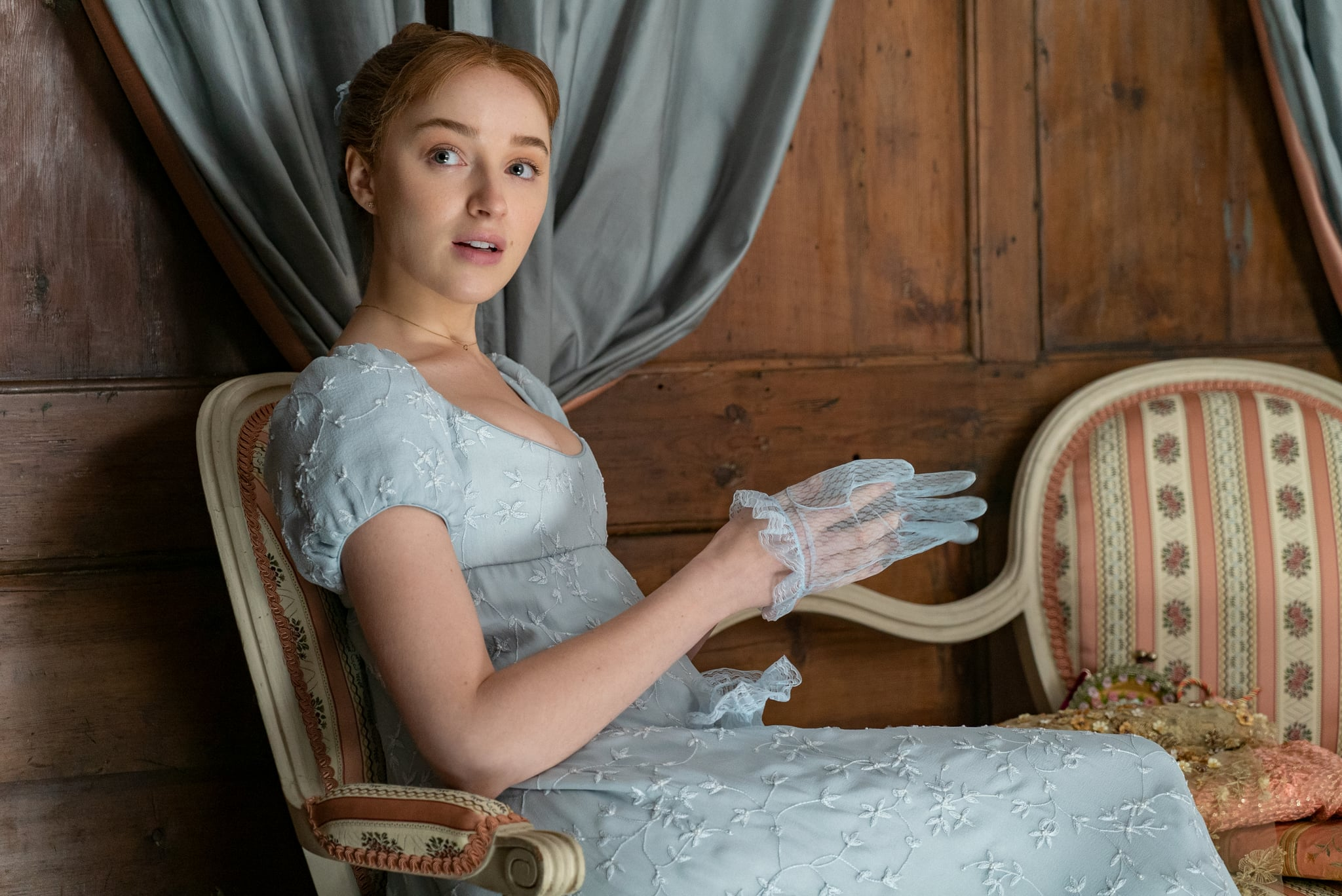 BRIDGERTON (L to R) PHOEBE DYNEVOR as DAPHNE BRIDGERTON in episode 102 of BRIDGERTON Cr. LIAM DANIEL/NETFLIX  2020