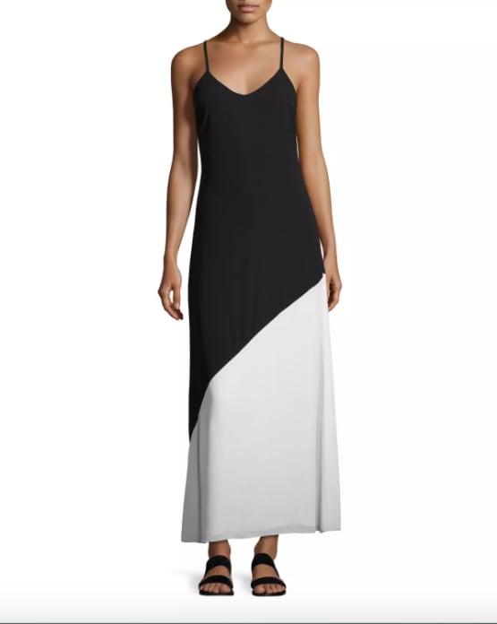 ثوب Alice + Olivia Maggie الطويل أسود اللون بخط مائل (275$ دولار أمريكي؛ 1011 درهم إماراتي/ريال سعودي)