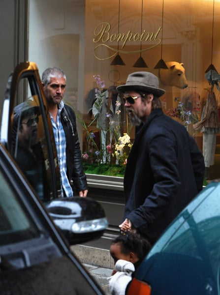 Photos of Brad Pitt Shopping in Paris With Shiloh and Zahara 2010-02-23 14:30:27